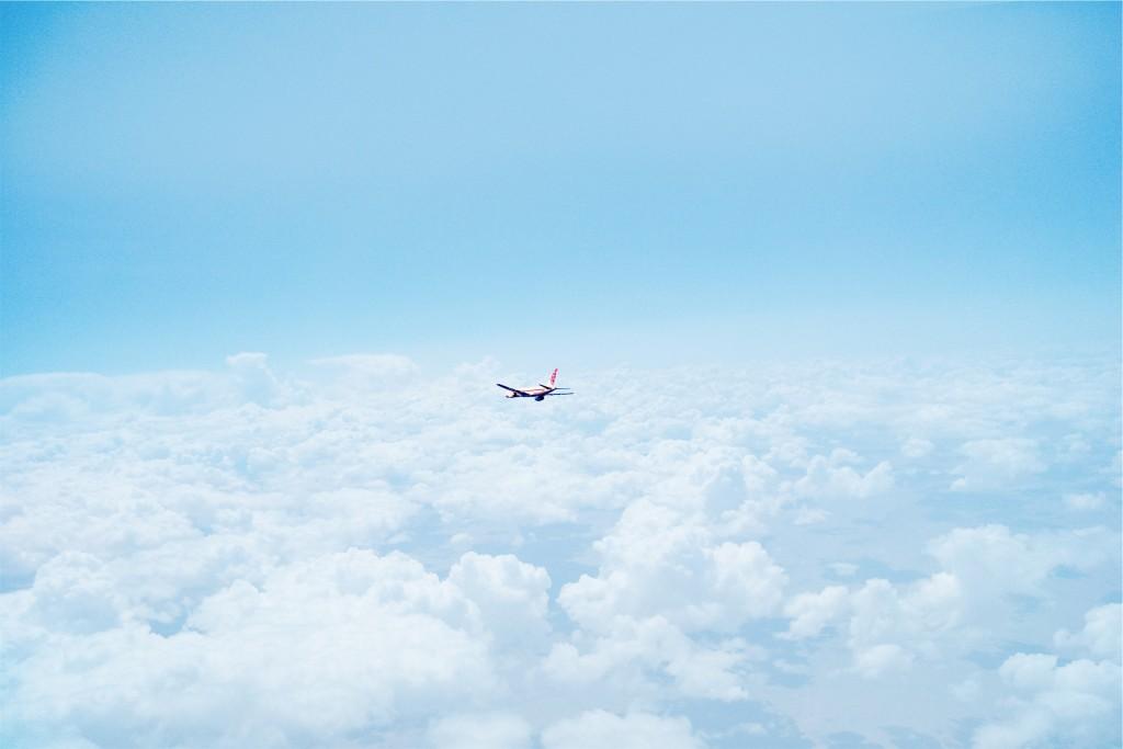 Flyvemaskine over skyerne