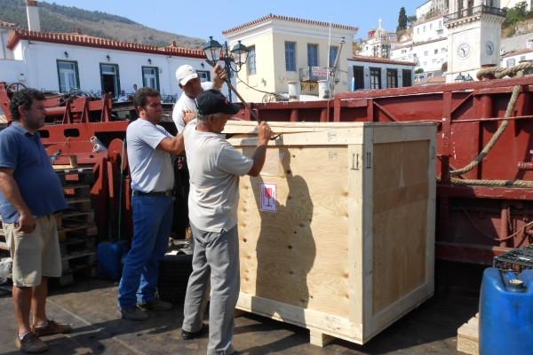 Havnearbejdere åbner trækasse