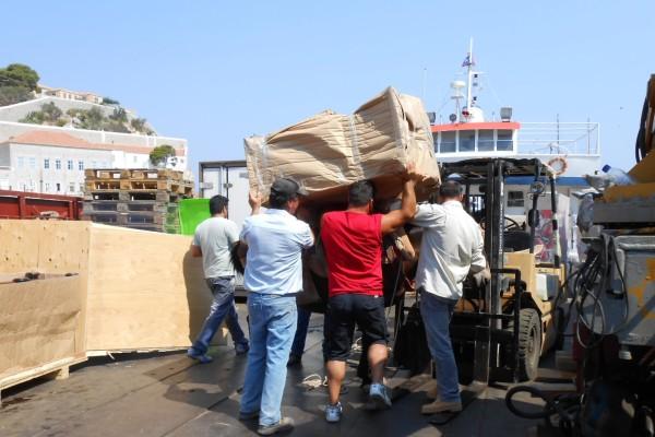 Havnearbejdere løfter skab