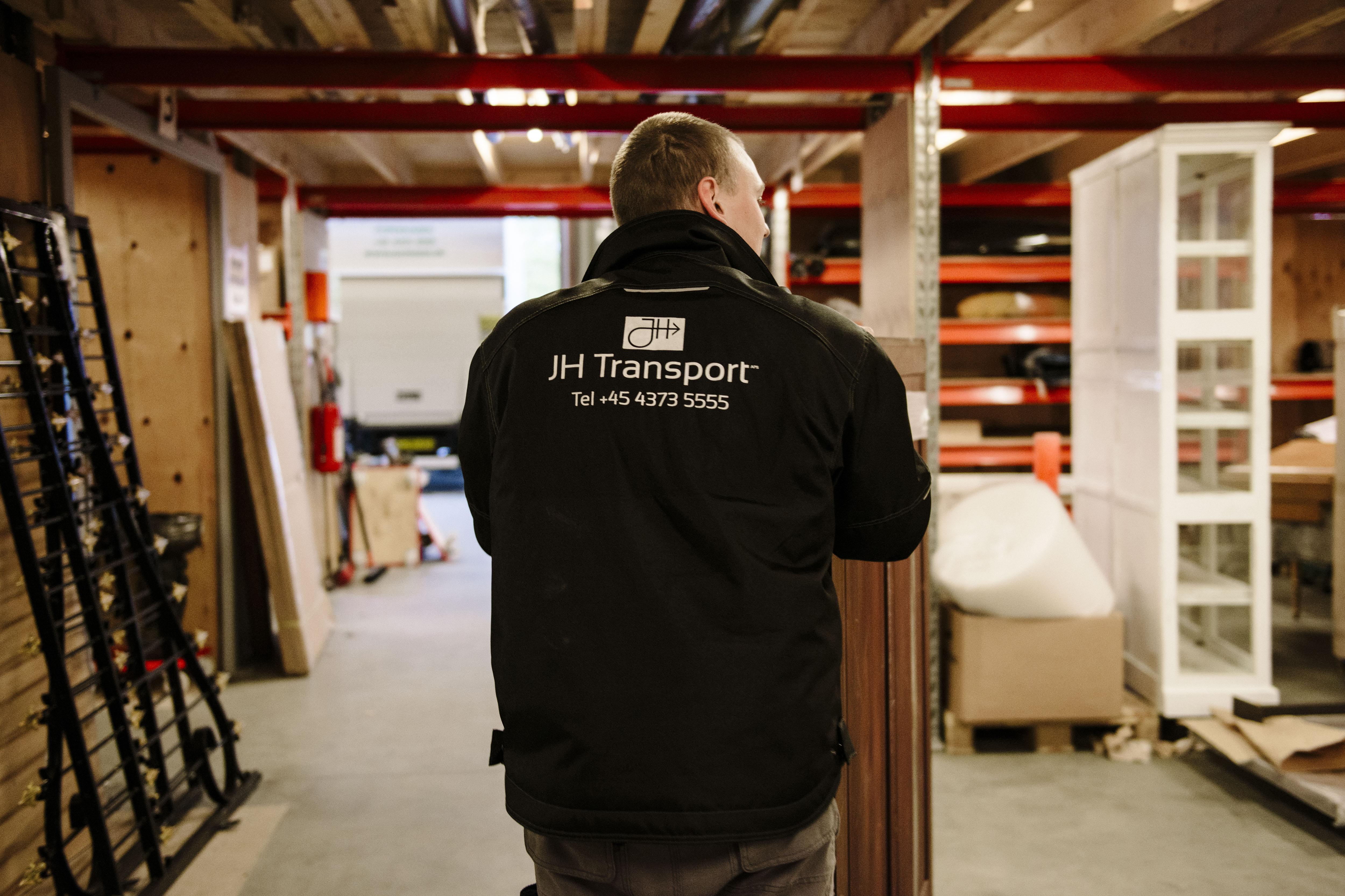 Chauffør med kompetencer inden for håndtering og transport af møbler, kunst og antikviteter